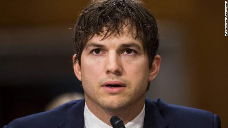 Ashton Kutcher testifica en el Comité de Relaciones Exteriores del Senado en la audiencia sobre los avances en la lucha contra la esclavitud moderna. La sesión se llevó a cabo en el Capitolio el 15 de febrero de 2017 en Washington.