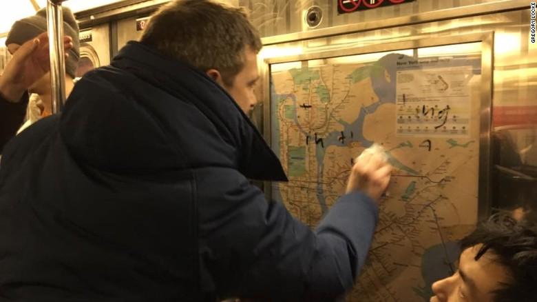 El chef Jared Nied borra el graffiti en un vagón del tren de Nueva York el sábado por la noche.