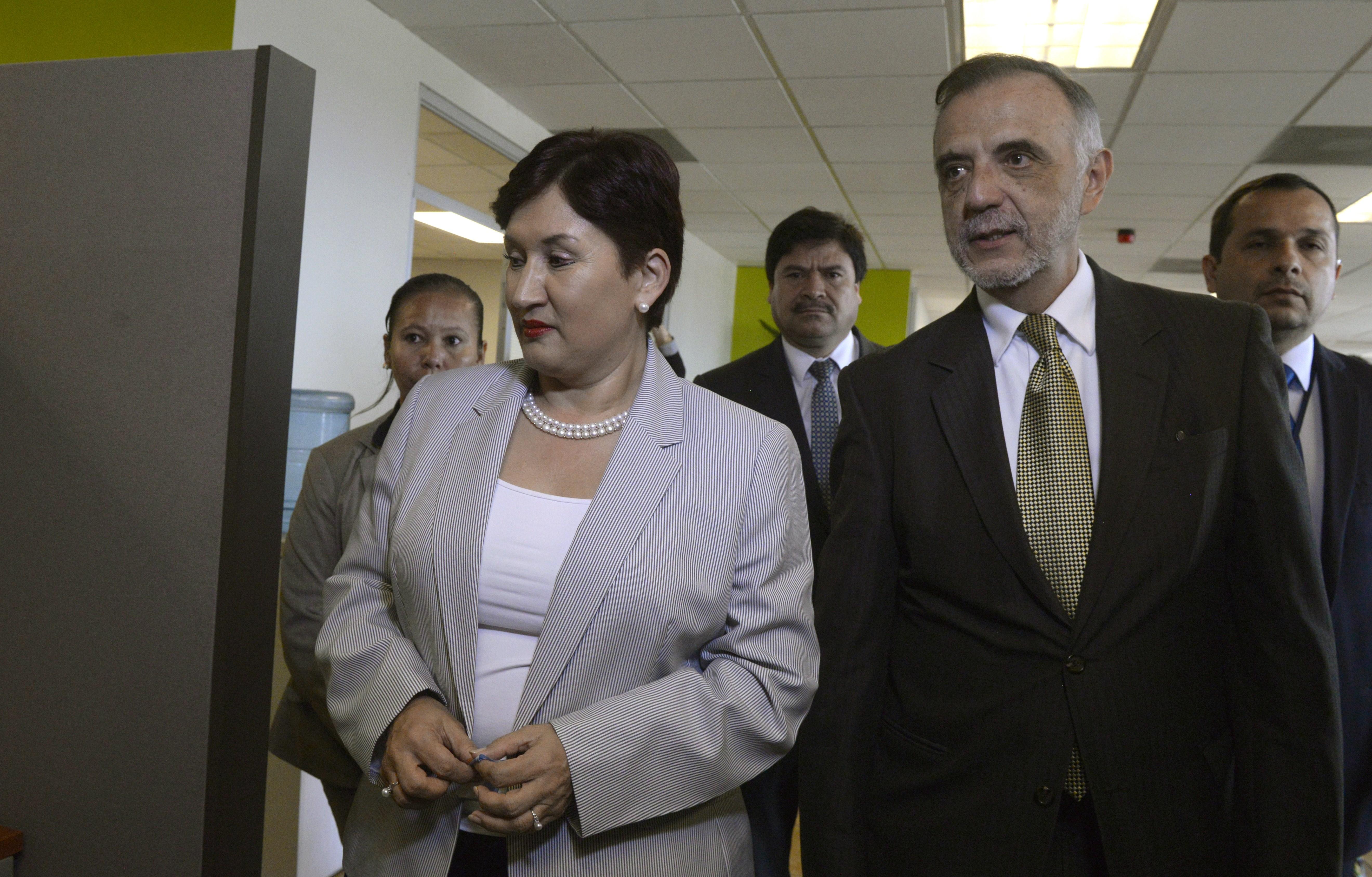 Velázquez (d) junto la fiscal del Ministerio Público Thelma Aldana. (Crédito: JOHAN ORDÓÑEZ/AFP/Getty Images)