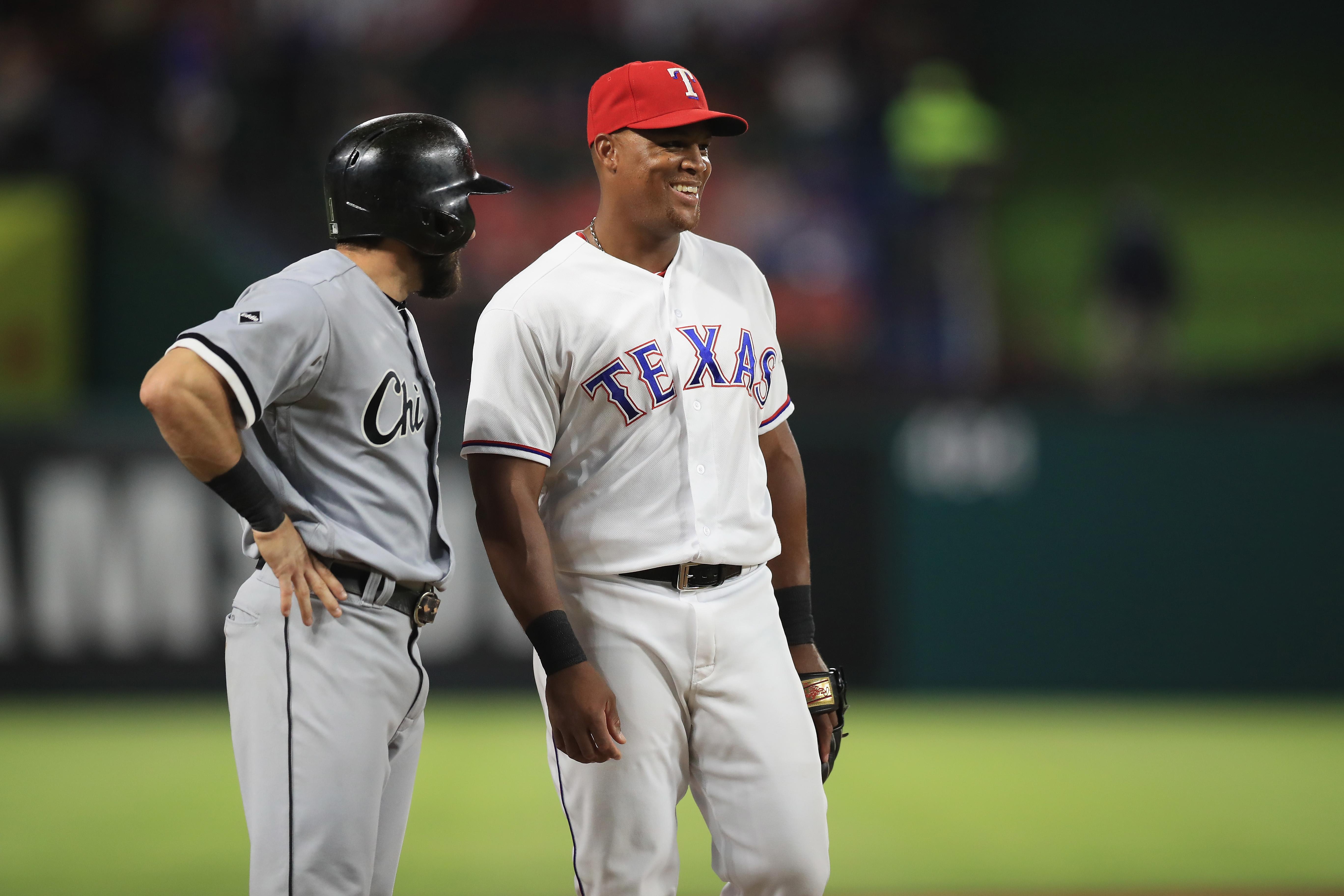 Adrián Beltré (d), de los Rangers de Texas, durante un partido contra los White Sox de Chicago el 10 de mayo del 2016. (Crédito: Ronald Martinez/Getty Images)