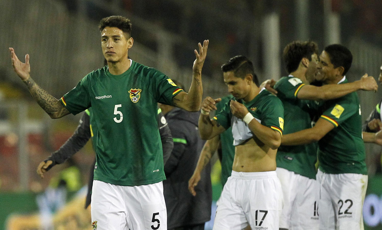 Nelson Cabrera y sus compañeros celebran tras empatar 0-0 contra Chile el pasado 6 de septiembre en Santiago. (Crédito: CLAUDIO REYES/AFP/Getty Images)