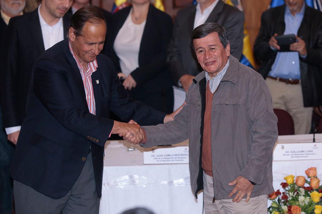 Los jefes negociadores del proceso de paz con el ELN son, por parte del gobierno colombiano, el exministro Juan Camilo Restrepo, y por parte de la guerrilla 'Pablo Beltrán'. (Crédito: JUAN CEVALLOS/AFP/Getty Images)