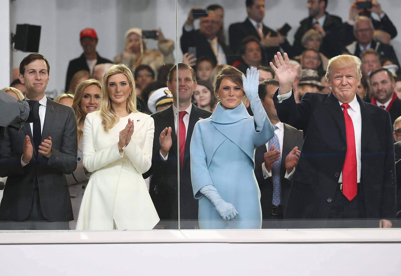 Donald Trump, su esposa Melania y su hija Ivanka durante la posesión presidencial el pasado 20 de enero. (Crédito: Mark Wilson/Getty Images)