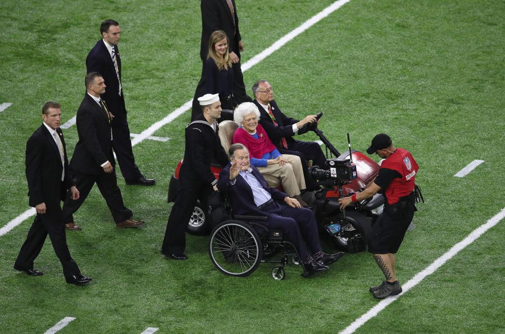 El esxpresidente George H . W Bush y su esposa hacen su aparición durante el Super Bowl 51 en el NRG Stadium de Houston, Texas.