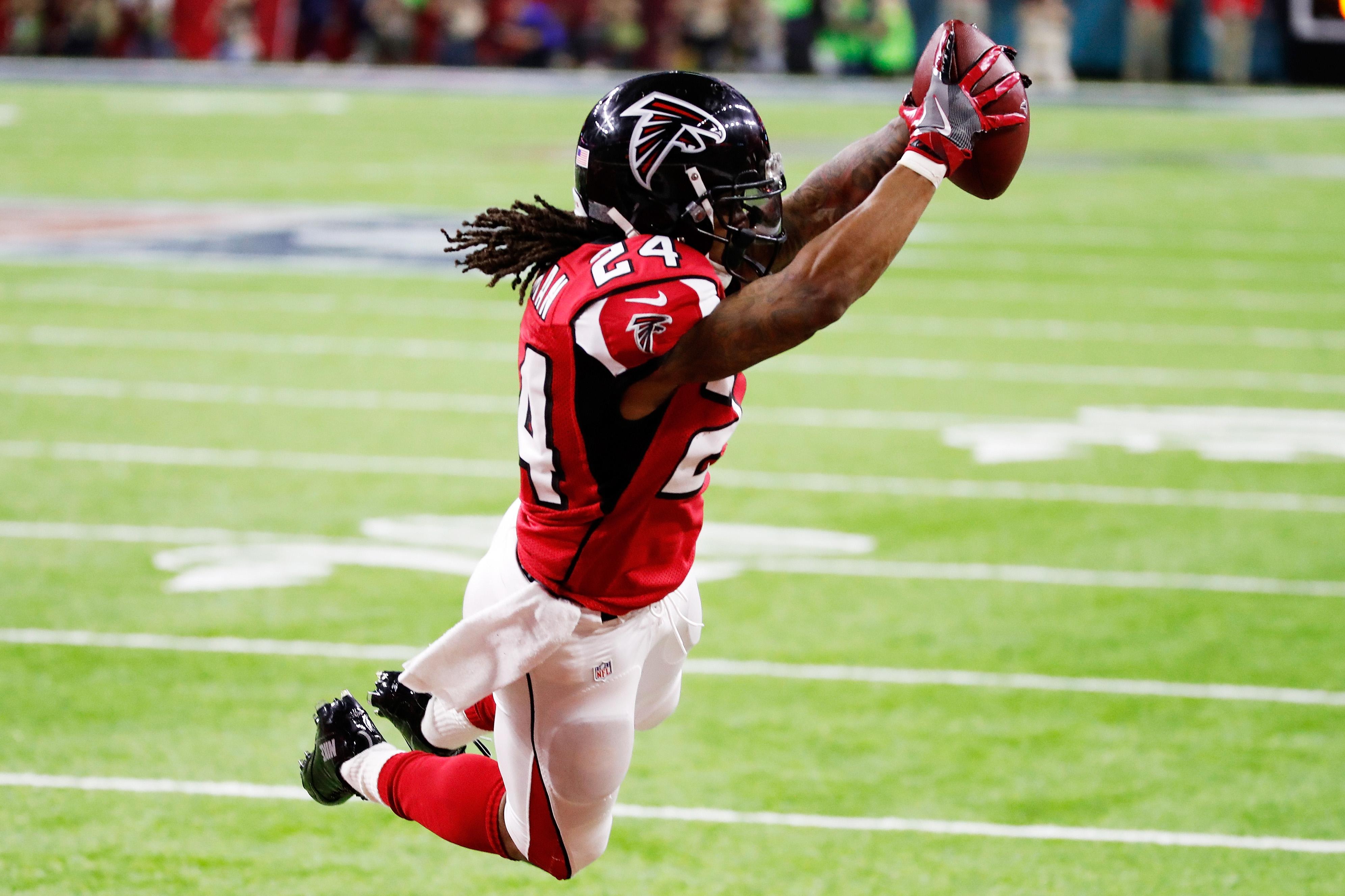 Devonta Freeman , de los Falcons de Atlanta, al anotar contra los Patriots de Nueva Inglaterra. (Crédito: Gregory Shamus/Getty Images)