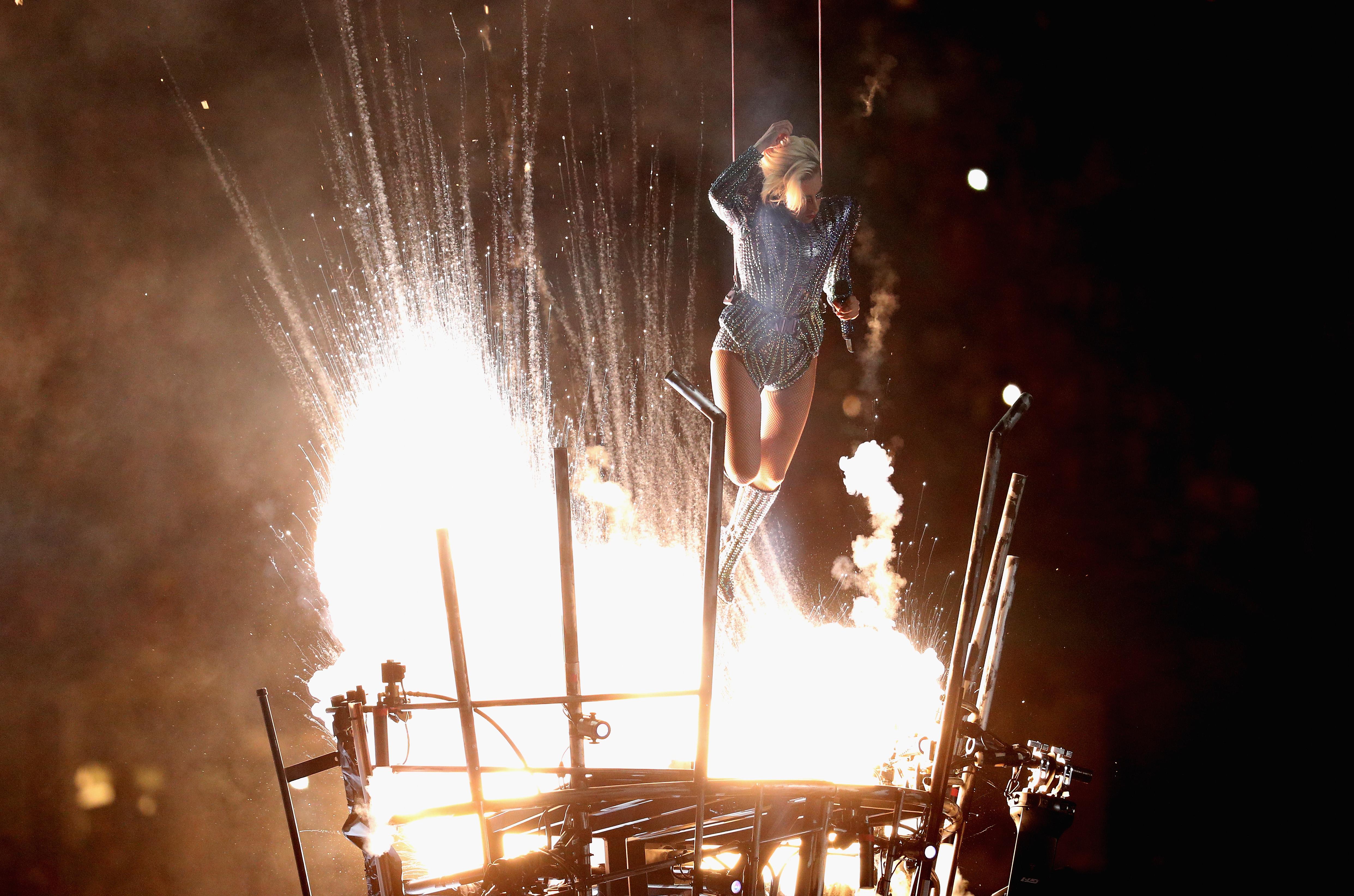 Lady Gaga 'vuela' sobre el escenario en el espectáculo de medio tiempo del Super Bowl 51. (Crédito: Patrick Smith/Getty Images)