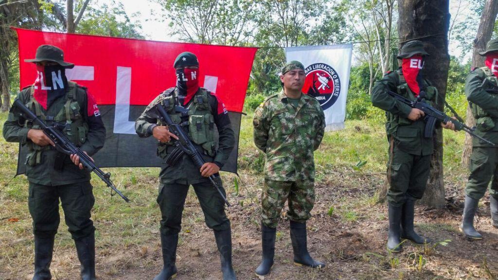 El soldado colombiano Fredy Moreno (centro) fue secuestrado por el ELN el pasado 24 de enero y fue liberado el 6 de febrero. (Crédito: DANIEL MARTINEZ/AFP/Getty Images)