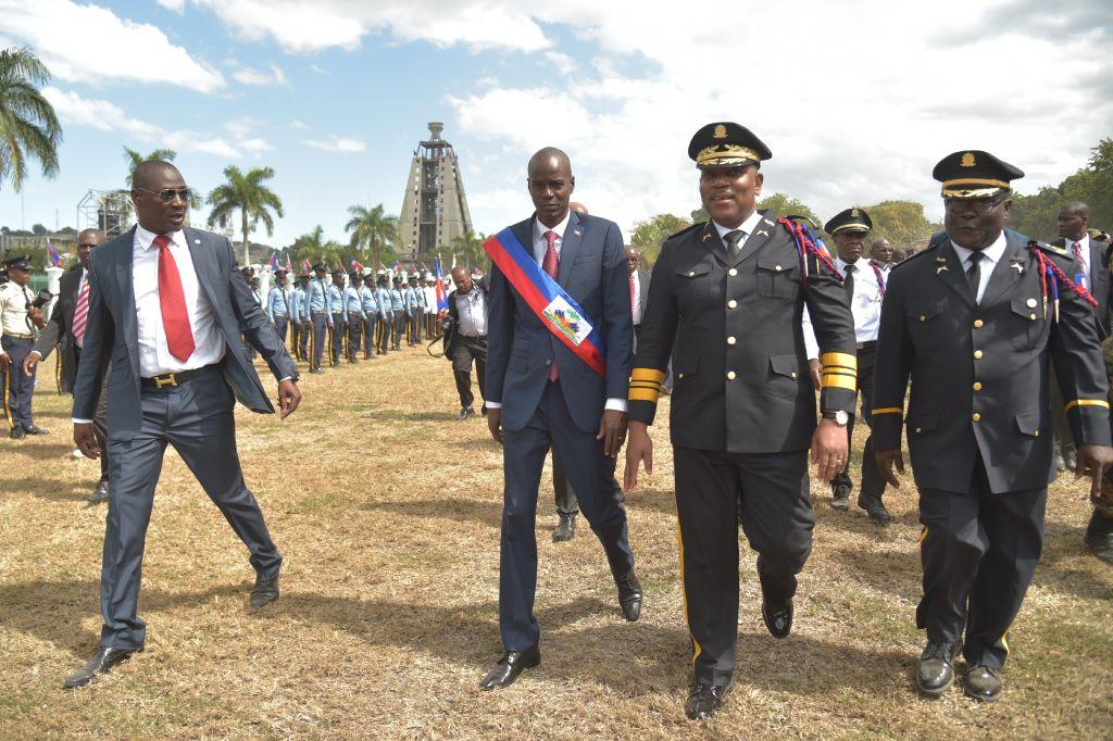 El nuevo presidente de Haití, Jovenel Moïse, pasa revista a las tropas militares durante la ceremonia realizada en el Palacio Nacional en Puerto Príncipe. (Crédito: HECTOR RETAMAL/AFP/Getty Images).