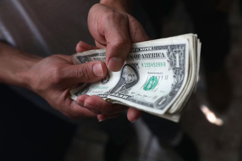 Los falsos agentes de ICE les piden dinero a los inmigrantes a cambio de no detenerlos, según la fiscalía. (Crédito: John Moore/Getty Images)