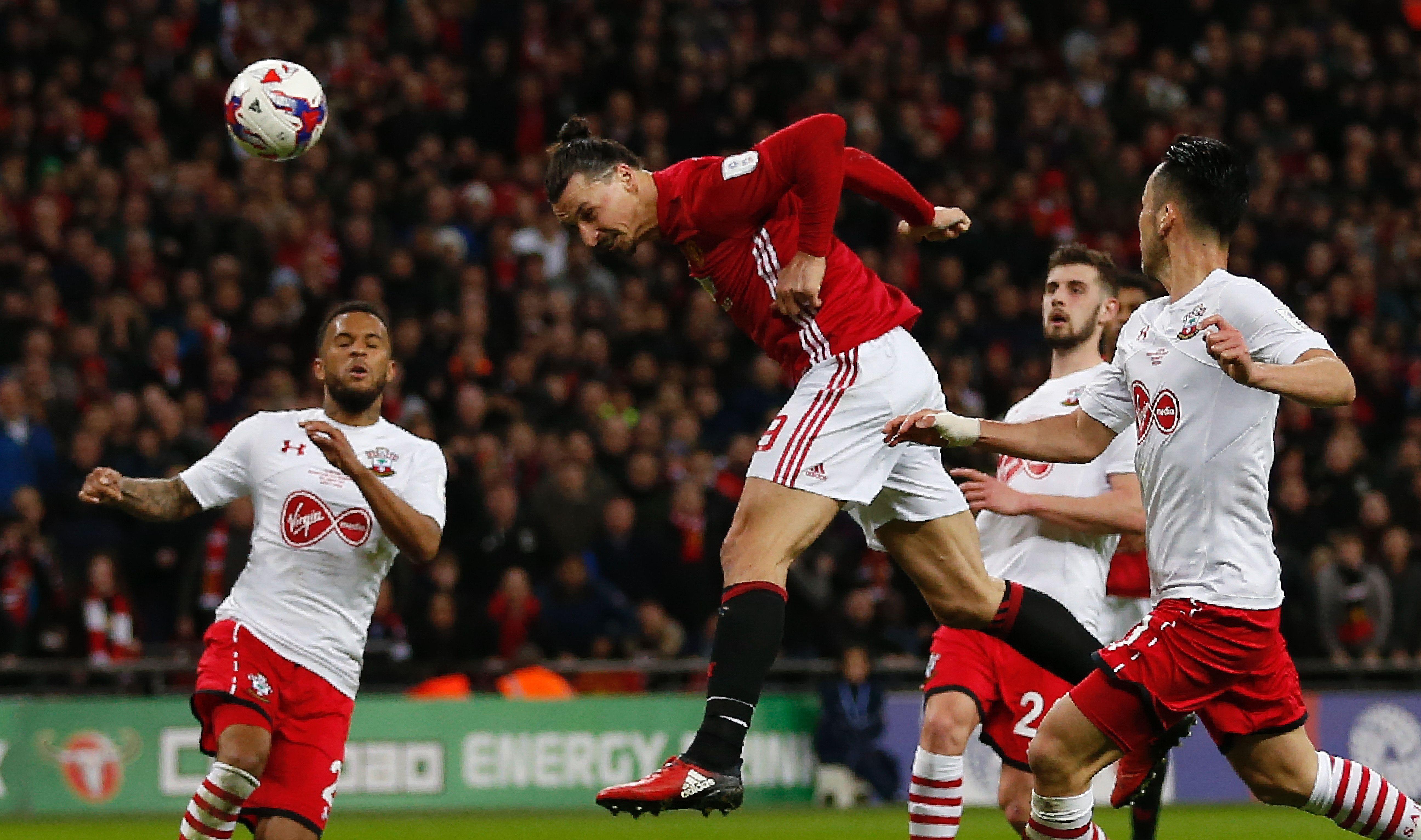 Ibrahimovic cabecea el balón para anotar el tercer gol del United contra el Southampton en la final de la Copa de la Liga. (Crédito: IAN KINGTON/AFP/Getty Images)