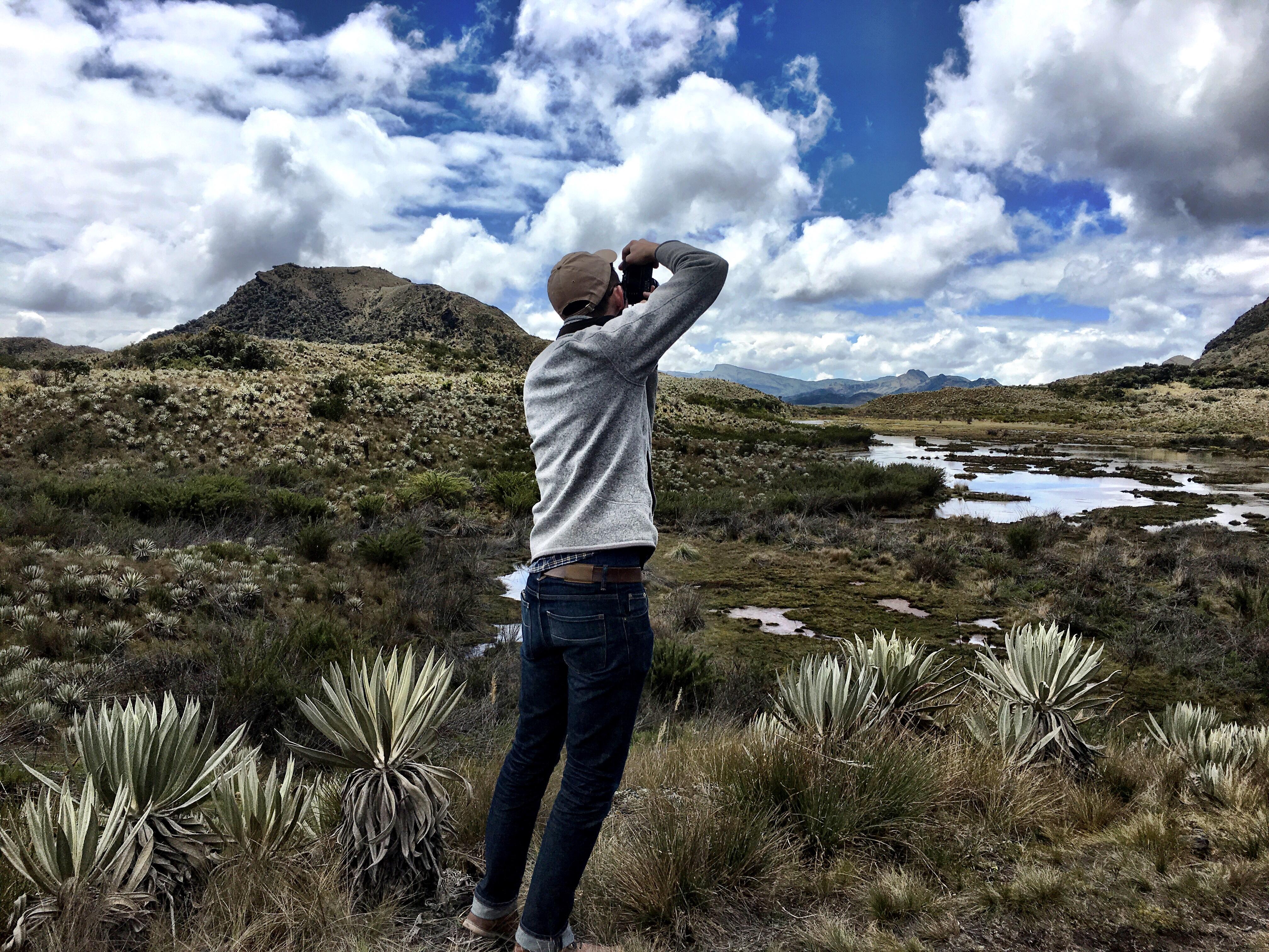 Para el CEO de Lonely Planet solo hay una cosa que nunca puede faltar en una maleta de viaje: una cámara de fotos. No importa si es una análoga, como la que usa en esta imagen para captar la belleza de Chingaza, o si es la de su celular inteligente. Lo fundamental es poder tomar fotos.