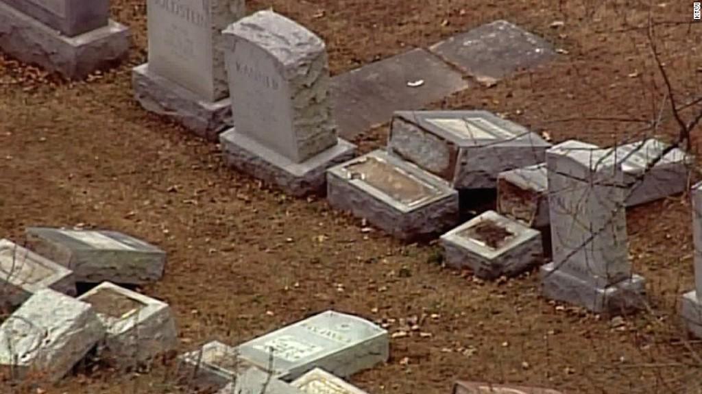 Así quedaron las tumbas que fueron profanadas en un cementerio judío en St. Louis, Missouri.