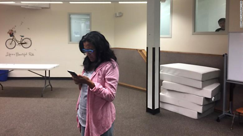 Jeanette Vizguerra espera en su iglesia en Denver las noticias de su petición para suspender su deportación.