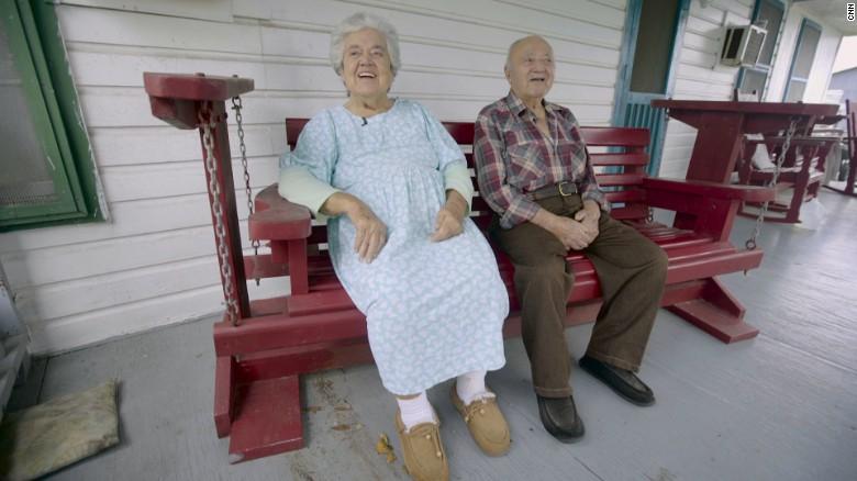 Wenceslaus y Denicia Billiot, sentados en el porche de su casa.