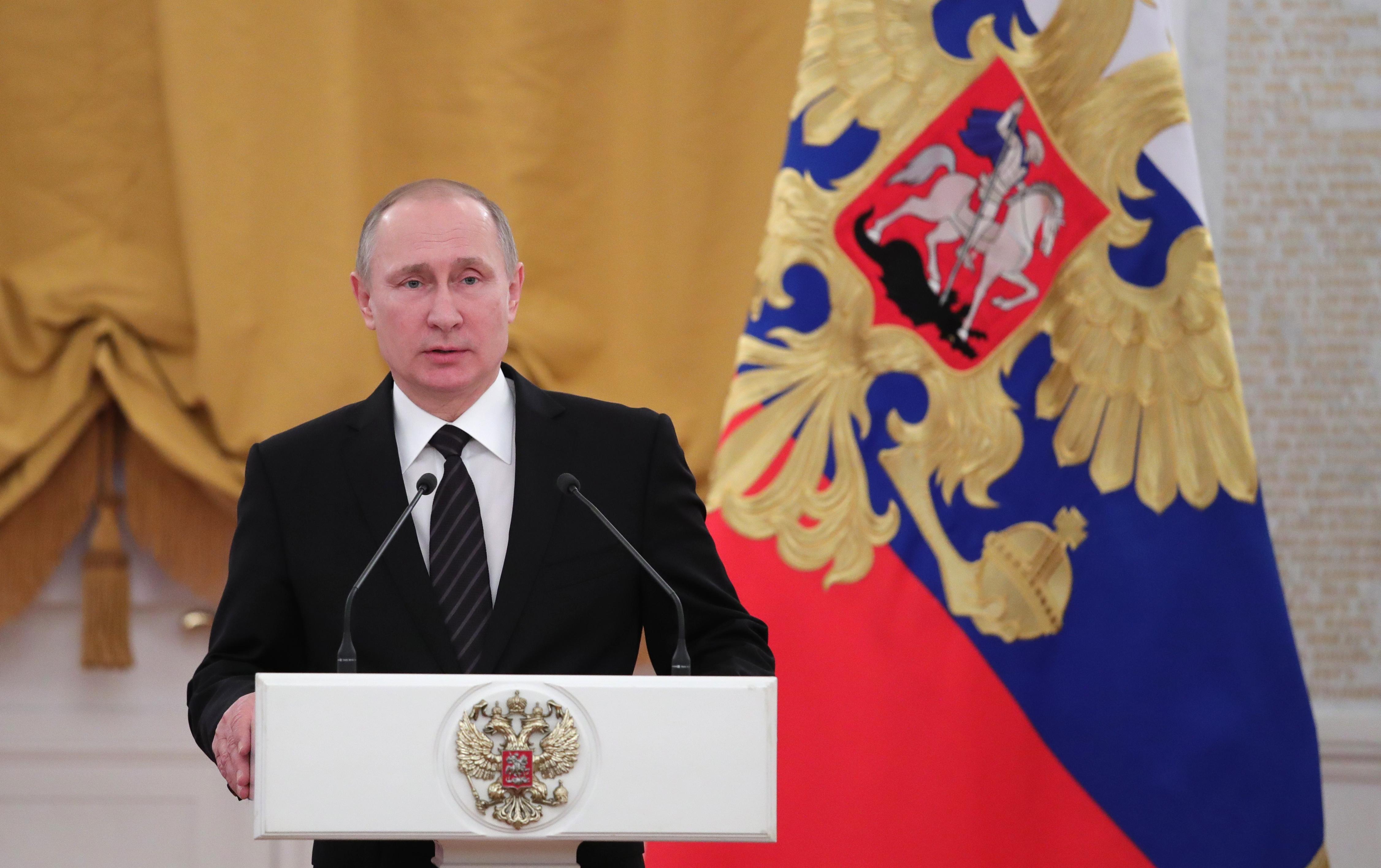 Las simpatías de Trump por Putin le están causando un serio dolor de cabeza a Donald Trump. (Crédito: MICHAEL KLIMENTYEV/AFP/Getty Images)