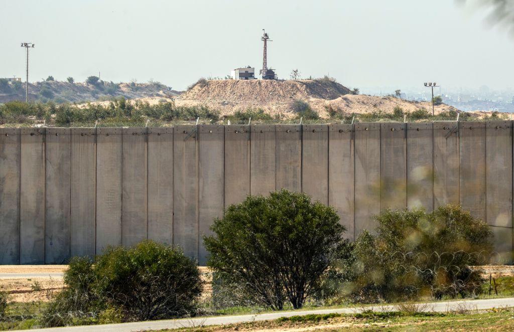 Una foto tomada desde la frontera suroriental entre Israel y la franja de Gaza el 7 de febrero del 2017 muestra un puesto de Hamas (al fondo) detrás del muro de separación construido por Israel. (Crédito: JACK GUEZ/AFP/Getty Images).