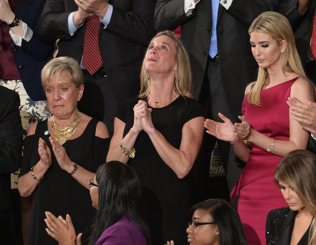 """Carryn Owens, esposa del marin William """"Ryan"""" Owens, durante el discurso de Trump en el Congreso el 28 de febrero de 2017. (Crédito: ANDREW CABALLERO-REYNOLDS/AFP/Getty Images)"""