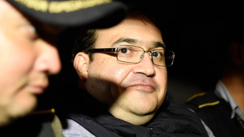 Javier Duarte (C), former governor of the Mexican state of Veracruz, is seen in an autopatrol following his arrest upon his arrival at the Matamoros military barracks in Guatemala City on April 16, 2017. Duarte, the fugitive former governor of Mexico's Veracruz state suspected of embezzling hundreds of millions of dollars, has been detained in Guatemala after six months on the run, officials said on April 15. / AFP PHOTO / Johan ORDONEZ (Photo credit should read