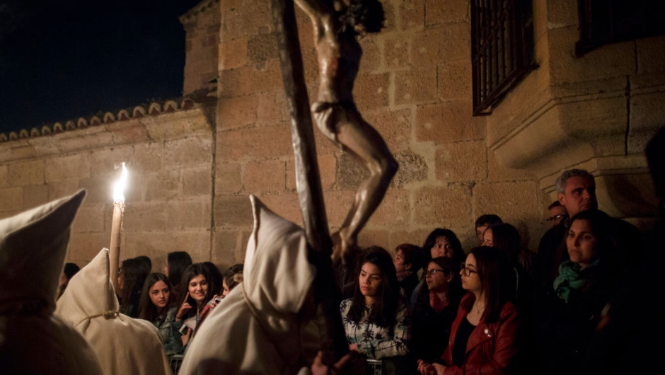 ZAMORA, SPAIN - APRIL 11: Spectators watch as penitents from the Cristo de la Buena Muerte (Good Dead Christ) brotherhood take part in a procession in the early hours of the morning on April 11, 2017 in Zamora, Spain. Spain celebrates holy week before Easter with processions in most Spanish towns and villages. (Photo by Pablo Blazquez Dominguez/Getty Images)
