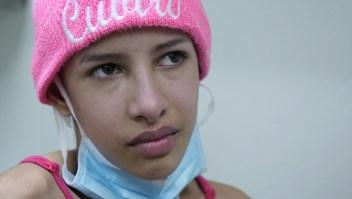 Daniela tiene fuertes dolores. Sus padres tuvieron que viajar dos horas para conseguirle medicinas.