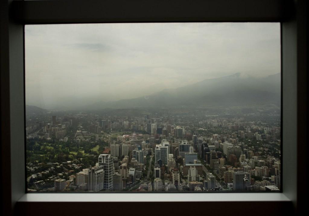 Vista de Santiago desde la torre del Centro Costanera en Santiago el 16 de noviembre de 2015. Crédito: MARTIN BERNETTI / AFP / Getty Images