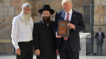 US President Donald Trump (R) poses for a photograph as he visits the Western Wall, the holiest site where Jews can pray, in Jerusalems Old City on May 22, 2017. / AFP PHOTO / MANDEL NGAN (Photo credit should read MANDEL NGAN/AFP/Getty Images)
