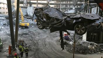 Una grúa levanta un carro en el estacionamiento de la Terminal 4 del aeropuerto de Barajas de Madrid.