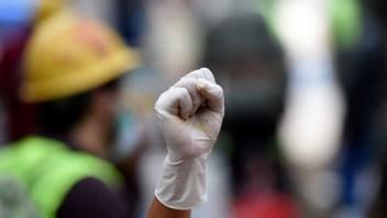 Un voluntario pide silencio durante la búsqueda de sobrevivientes en un edificio que se vino abajo en la Ciudad de México el 20 de septiembre de 2017 después de que un fuerte sismo golpeara el centro de México. Crédito: ALFREDO ESTRELLA / AFP / Getty Images.