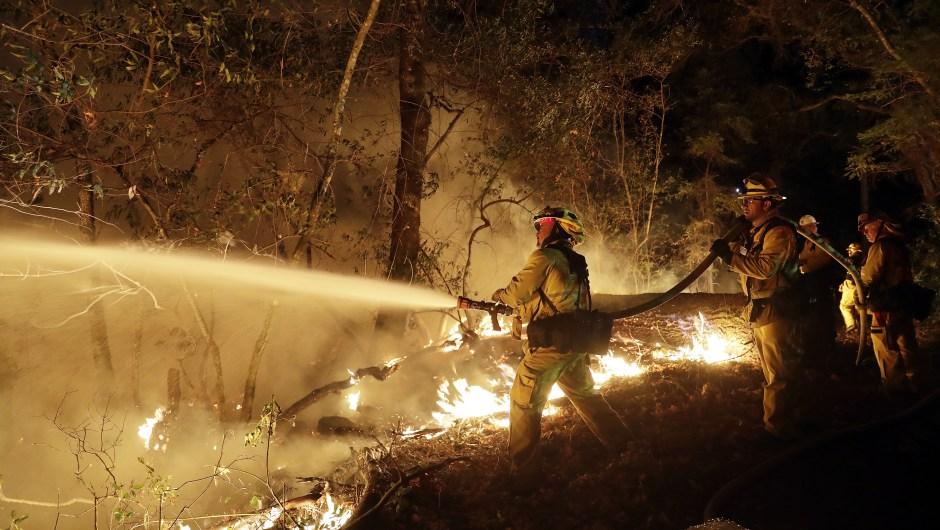 Los equipos de bomberos luchan contra un incendio forestal el sábado 14 de octubre de 2017, en Santa Rosa, California. Crédito: Marcio José Sánchez / AP