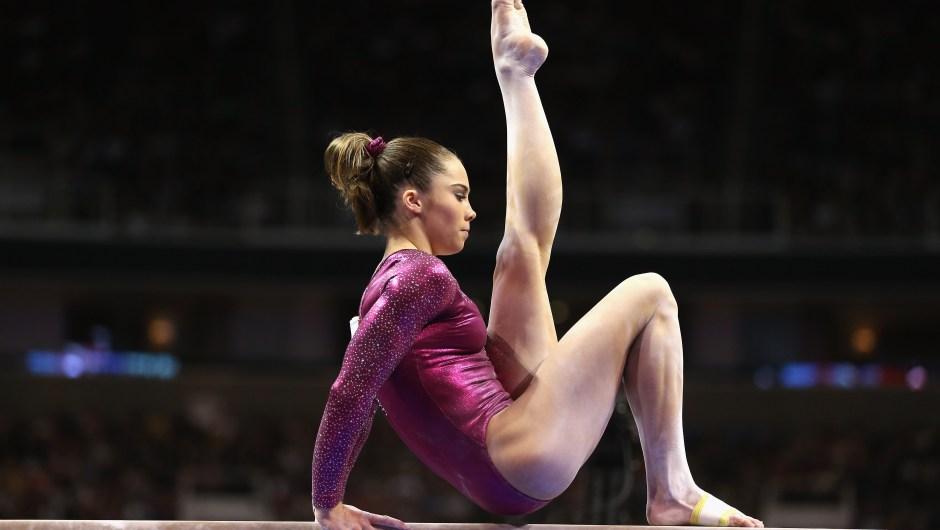 McKayla Maroney compite en la barra de equilibrio en las pruebas preolímpicas de Estados Unidos el 1 de julio de 2012 en San José, California. Crédito: Foto de Ezra Shaw / Getty Images