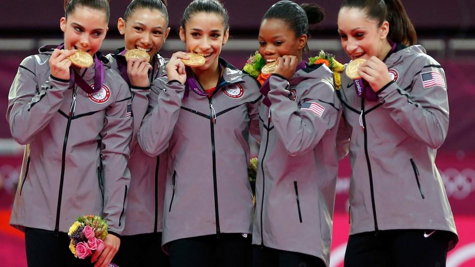 Las gimnastas McKayla Maroney, Kyla Ross, Alexandra Raisman, Gabrielle Douglas y Jordyn Wieber celebran la medalla de oro en la final por equipos en los Juegos Olímpicos de Londres 2012 el 31 de julio de 2012. Crédito: Squire / Getty Images