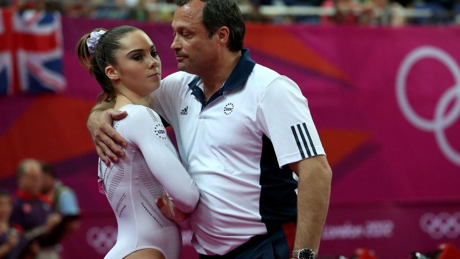 McKayla Maroney (izq.) es consolada por su entrenador Yin Alvarez tras caerse en su salida durante la final de salto de caballo en los Juegos Olímpicos de Londres el 5 de agosto de 2012 en Londres. Crédito: Ronald Martinez / Getty Images