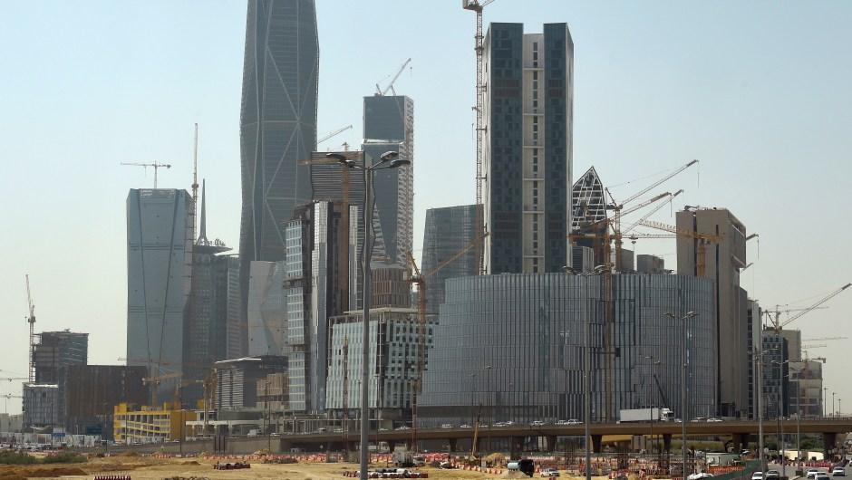 Una foto tomada el 9 de marzo de 2016 muestra las torres en construcción en el distrito financiero Rey Abdullah en la capital saudí de Riad. Crédito FAYEZ NURELDINE / AFP / Getty Images.