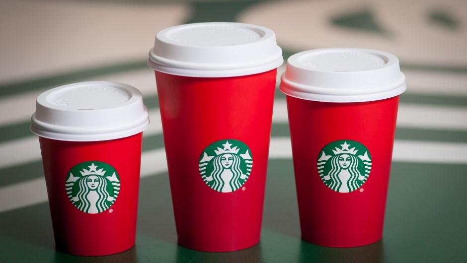 Los diseños de 2015 fueron de color rojo, pero no tenían adornos temáticos de invierno o de Navidad, que fueron parte esencial de estos vasos navideños de Starbucks desde que se estrenaron en 1997.