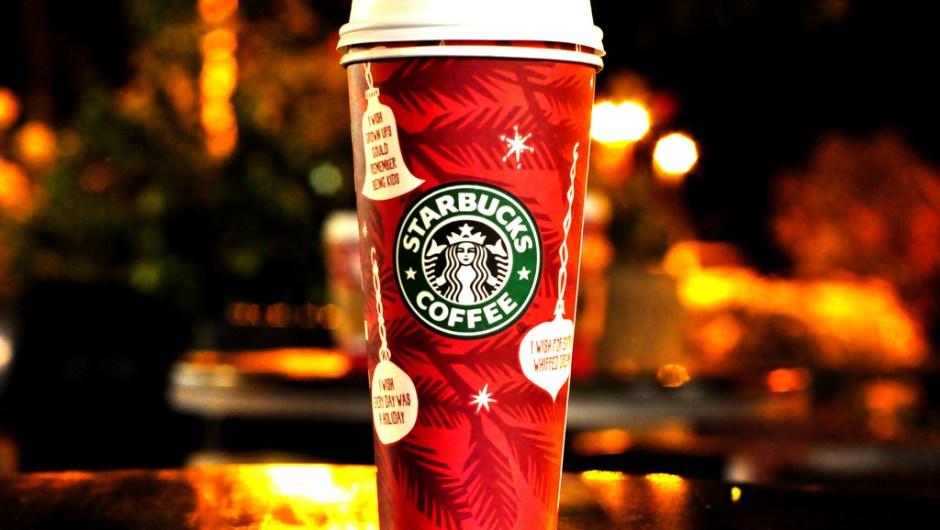 """Los vasos de Starbucks de las fiestas de 2009 incluían adornos de árbol de Navidad. Los ornamentos mostraban mensajes como: """"Ojalá todos los días fueran feriados""""."""
