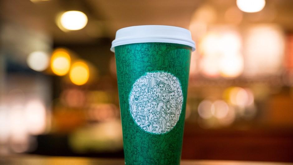 """Días antes de que se lanzara su vaso rojo, Starbucks presentó un vaso verde de edición limitada. El nuevo diseño, que promocionaba la """"unidad"""", resultó ser un adelanto del diseño clásico rojo el 10 de noviembre."""