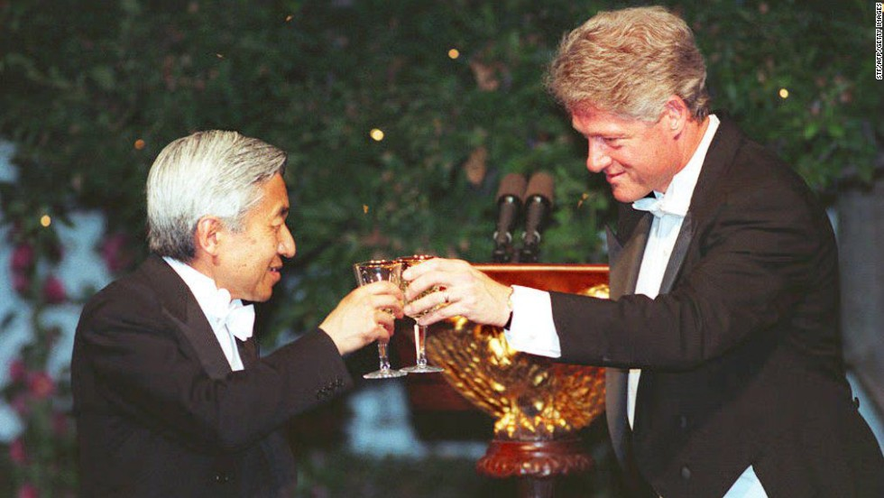 WASHINGTON, DC - JUNE 13: US President Bill Clinton (R) offers a toast to Japanese Emperor Akihito during a state dinner at the White House 13 June 1994. Earlier in the day, Emperor Akihito and Empress Michiko participated in formal welcoming ceremonies at the White House. The state dinner is the first during President Clinton's administration. (Photo credit should read STF/AFP/Getty Images)