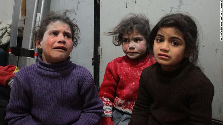 Niñas lloran en un hospital improvisado en Douma.