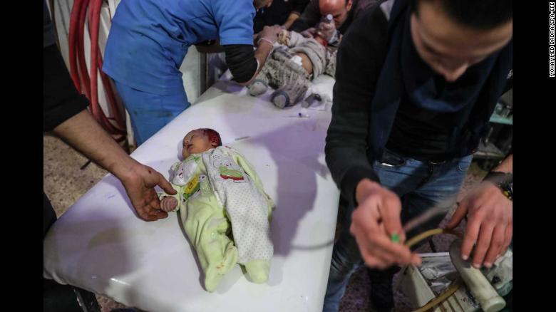Niños heridos son tratados en un hospital en la ciudad rebelde de Douma.