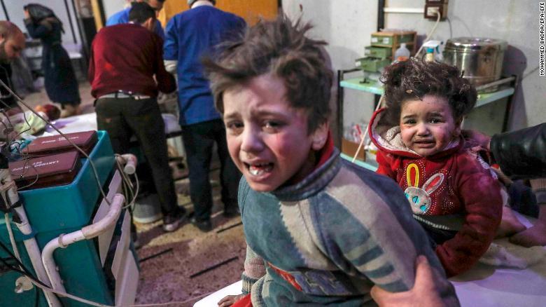 Niños heridos tratados en un hospital de Douma.