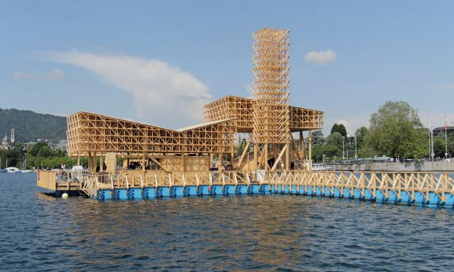 Esta estructura de madera fue un proyecto colaborativo entre 30 estudiantes de Arquitectura de ETH en Zúrich y la firma Studio Tom Emerson. Foto: Wolfgan Traeger. Cortesía de Manifiesta.