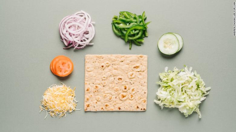 En Subway, un menú vegetariano normal puede ser mejorado pidiendo pan multicereeal, que es rico en fibra y con granos enteros. Pide que lo tuesten con queso cheddar Monterey.