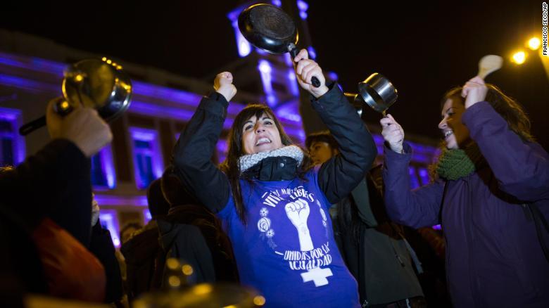 'Cacerolada' en la Puerta del Sol, en el centro de Madrid (España) al comienzo de la huelga feminista de 24 horas. (Crédito: AP Photo/Francisco Seco)