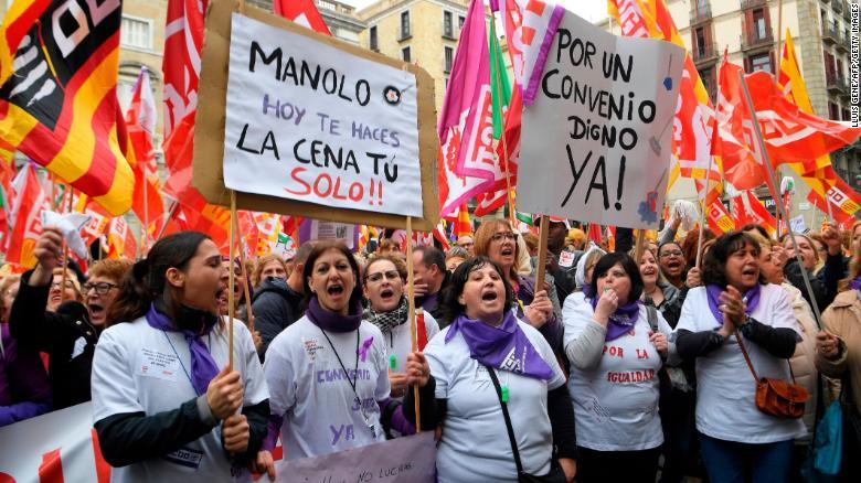"""Los manifestantes sostienen una pancarta que dice """"Manolo, hoy te haces la cena tu solo"""" durante la huelga de un día en Barcelona. (Crédito: LLUIS GENE/AFP/Getty Images)"""