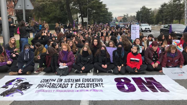 Estudiantes universitarios cortan una calle en la manifestación por el Día de la Mujer. En Madrid, España.