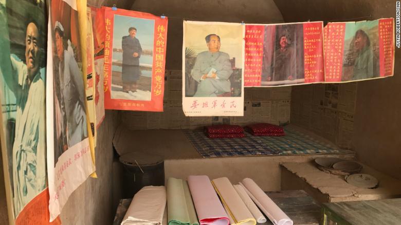 """Los carteles de Mao Zedong y otros artículos reproducidos de la era de la Revolución Cultural se exhiben en varias """"casas cueva"""" en las que Xi vivió en la aldea."""