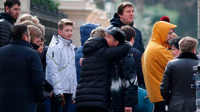 Reino Unido ya ha expulsado 23 diplomáticos rusos. La gente se daba abrazos en la embajada de Rusia en Londres el 20 de marzo. (Crédito: DANIEL LEAL-OLIVAS/AFP/Getty Images)