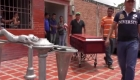 Familiares reconocen los cadáveres del incendio en la cárcel de Venezuela