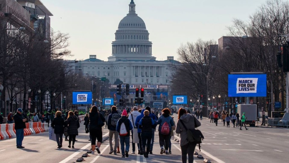 Los primeros manifestantes se acercan al Capitolio pocas horas antes del comienzo de la Marcha por Nuestras Vidas, en Washinton, para pedir mayor control de armas. (Crédito: ALEX EDELMAN/AFP/Getty Images)
