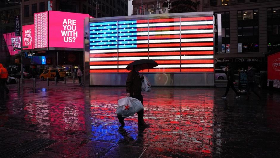 En el estado de Nueva York, Sloatsburg fue la ciudad que más padeció las nevadas: encabezó la lista de la mayoría de las nevadas de la noche del miércoles, con 66 centímetros de nueve en un día, según el Servicio Meteorológico Nacional. En la foto: las personas se reflejan en la calle cubierta de nieve en Times Square, una de las zonas más icónicas de Manhattan, en la ciudad de Nueva York. (Créditos: TIMOTHY A. CLARY/AFP/Getty Images)